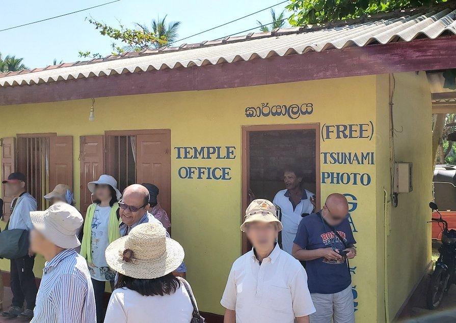 「津波本願寺仏舎」資料館を見学を終えた人達