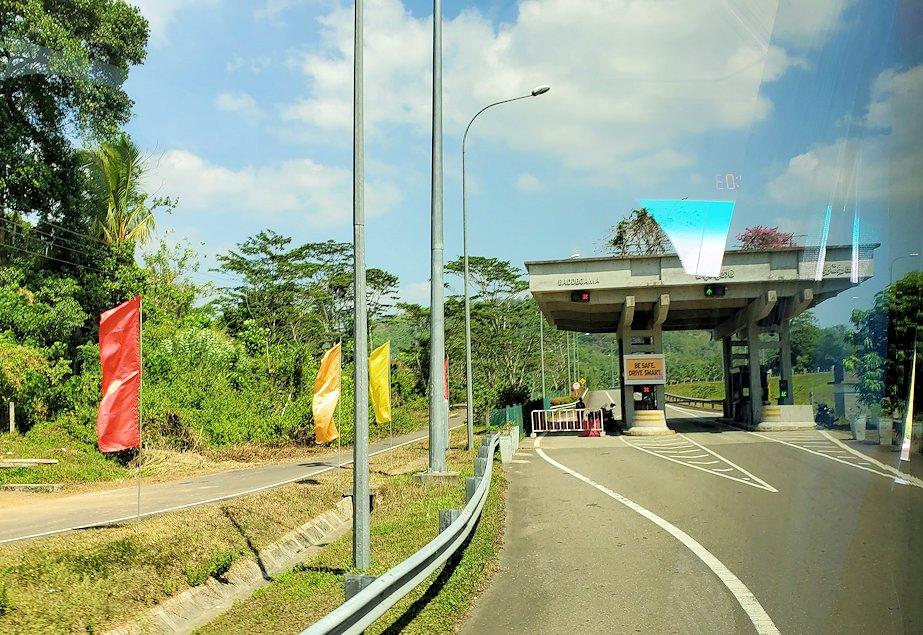 ゴール~コロンボ間を繋ぐ高速道路に進む