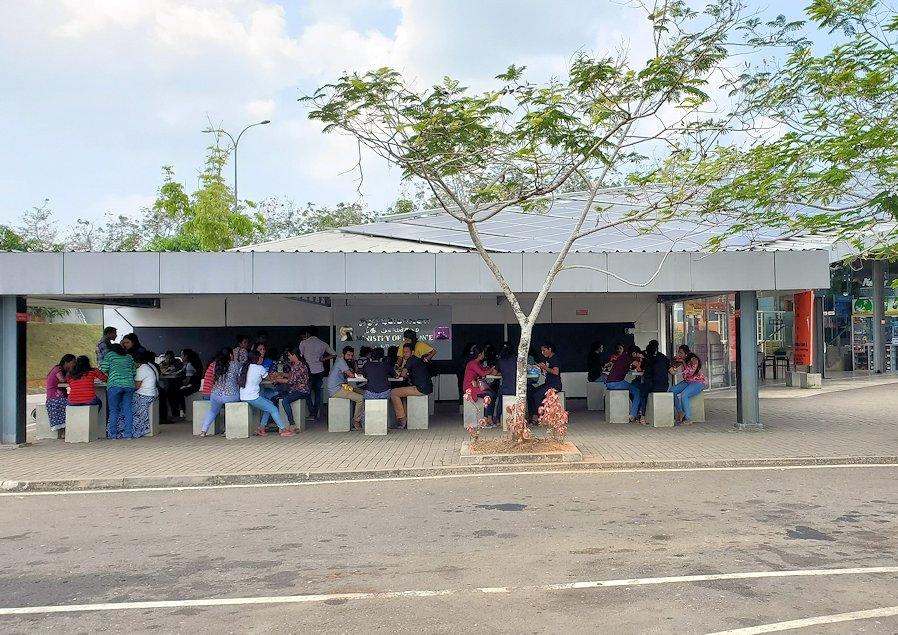 ゴール~コロンボ間を繋ぐ高速道路のサービスエリアで休憩する人達