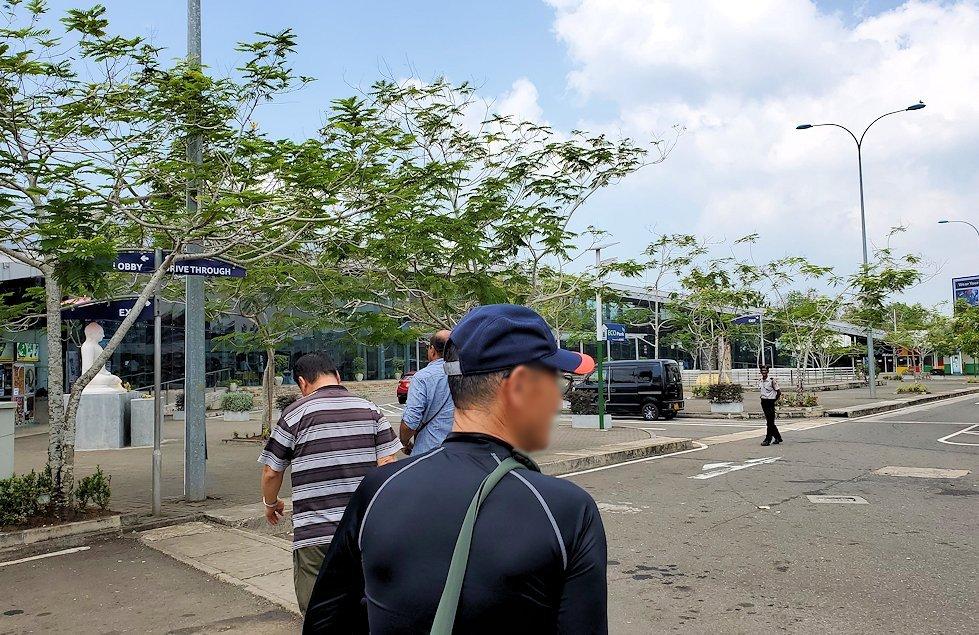 ゴール~コロンボ間を繋ぐ高速道路のサービスエリアで休憩