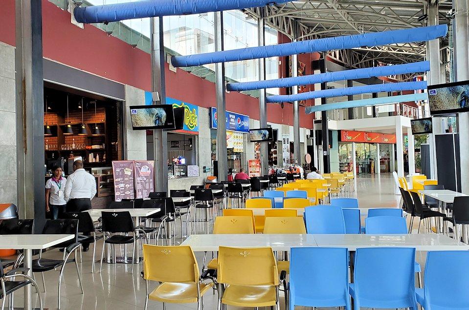ゴール~コロンボ間を繋ぐ高速道路のサービスエリアの建物内