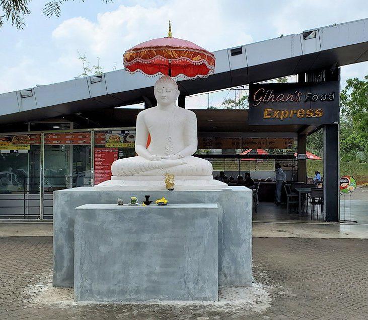 ゴール~コロンボ間を繋ぐ高速道路のサービスエリアの仏像