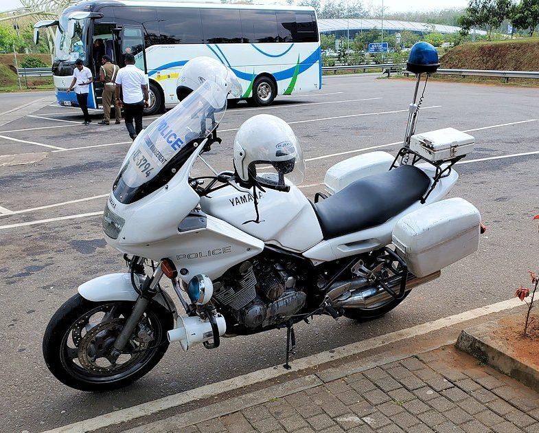 ゴール~コロンボ間を繋ぐ高速道路のサービスエリアの白バイ