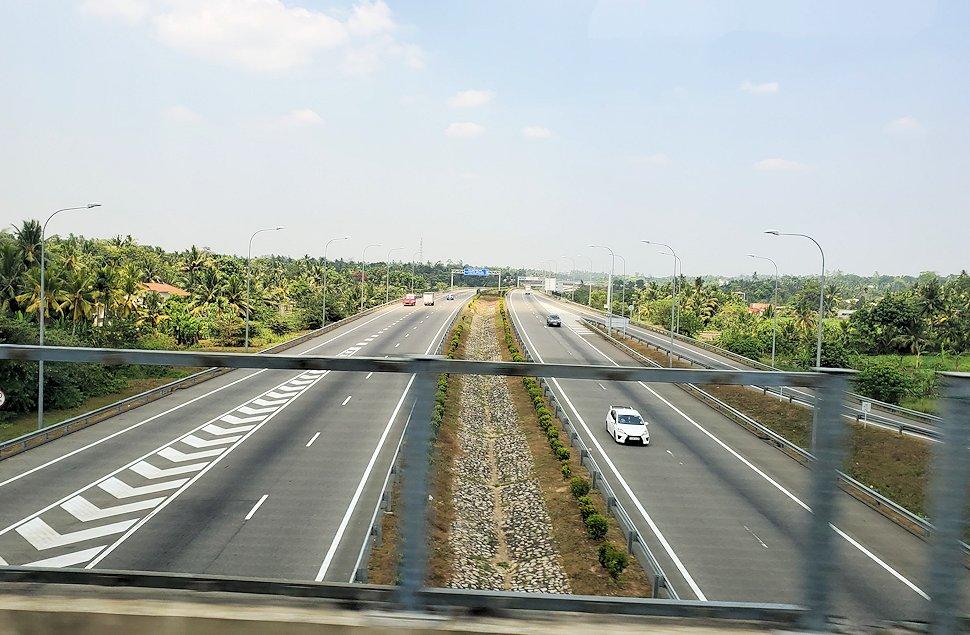 再びゴールとコロンボ間を繋ぐ高速道路を走る-2
