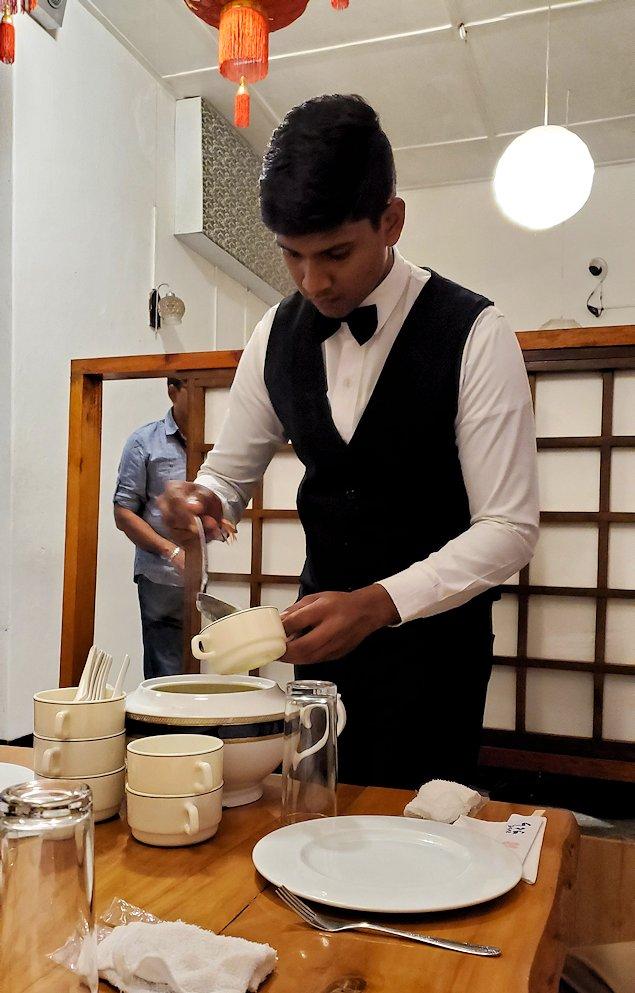 レストランの「SAKURA(さくら)」でスープを注ぐウエイター