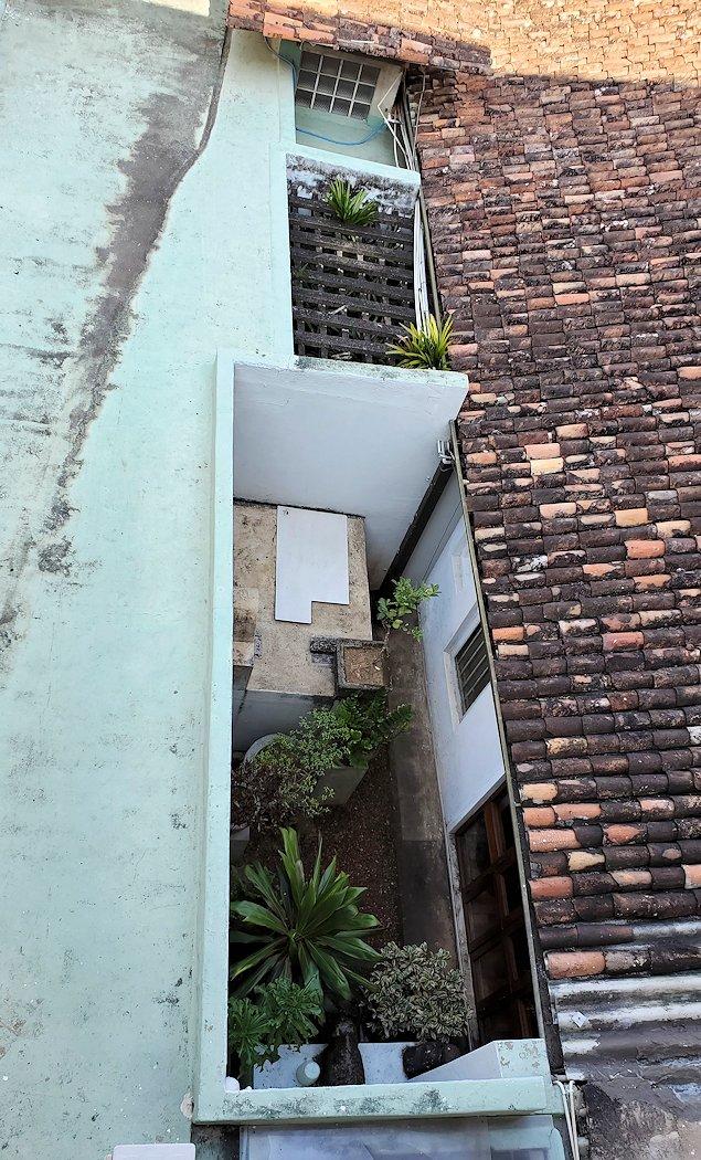 コロンボ市内にあるジェフリー・バワの自宅跡のベランダから下の建物を眺める