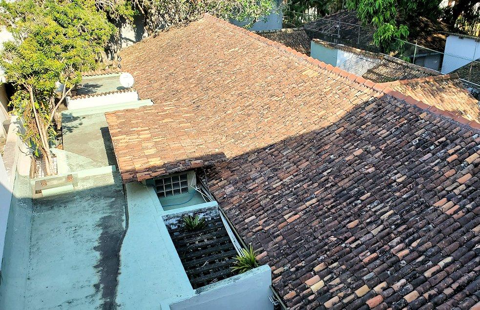 コロンボ市内にあるジェフリー・バワの自宅跡のベランダから下の建物を眺める-2