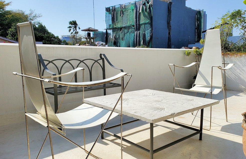 ジェフリー・バワの自宅跡のベランダ部分に置かれていたテーブルと椅子