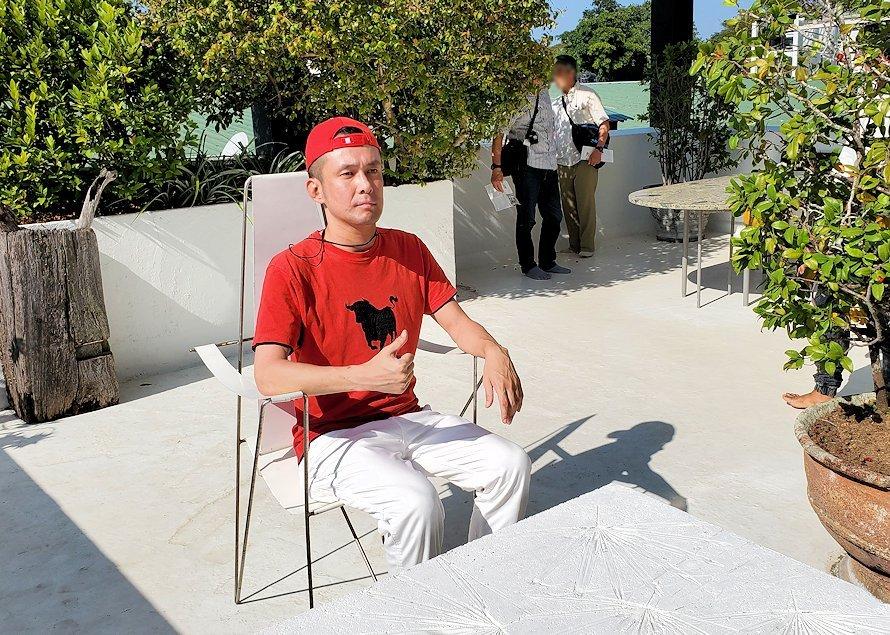 ジェフリー・バワの自宅跡のベランダ部分に置かれていたテーブルと椅子で記念撮影