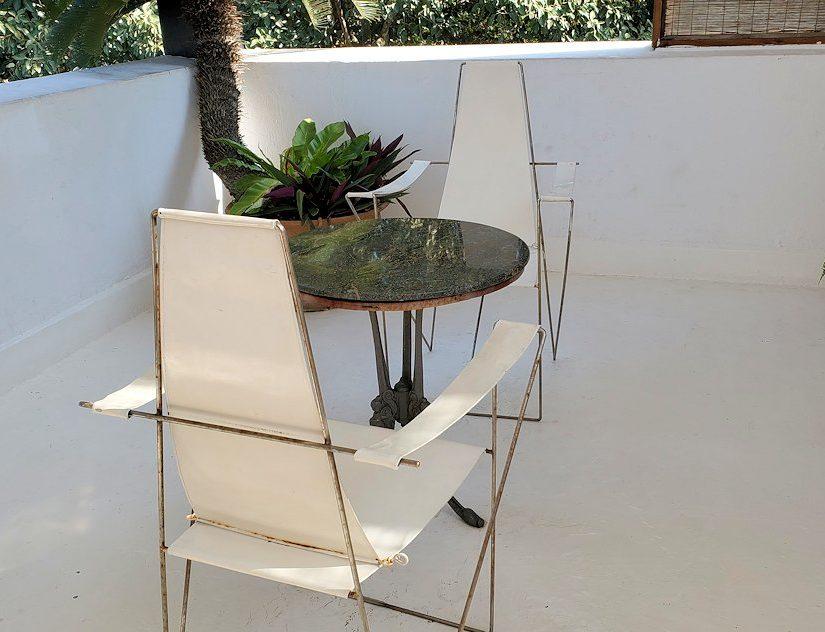 ジェフリー・バワの自宅跡のベランダ部分に置かれていたテーブルと椅子-2