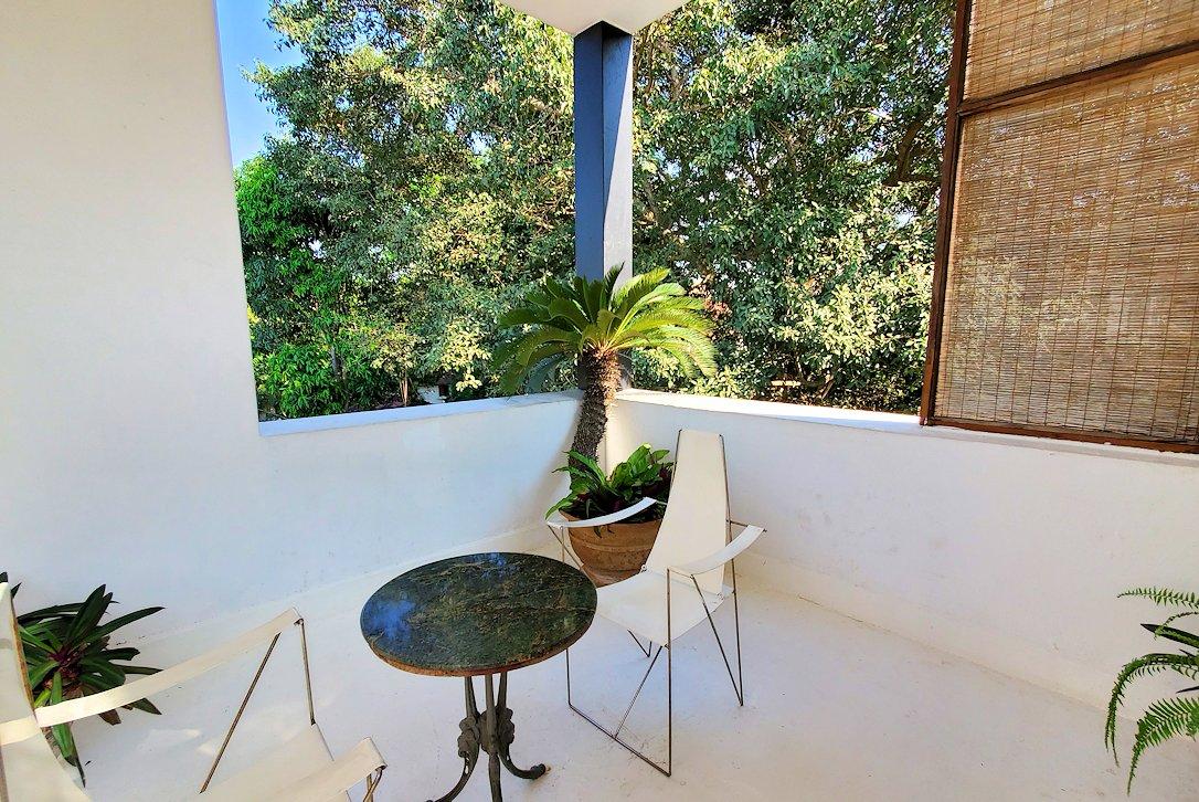 ジェフリー・バワの自宅跡のベランダ部分に置かれていたテーブルと椅子-3
