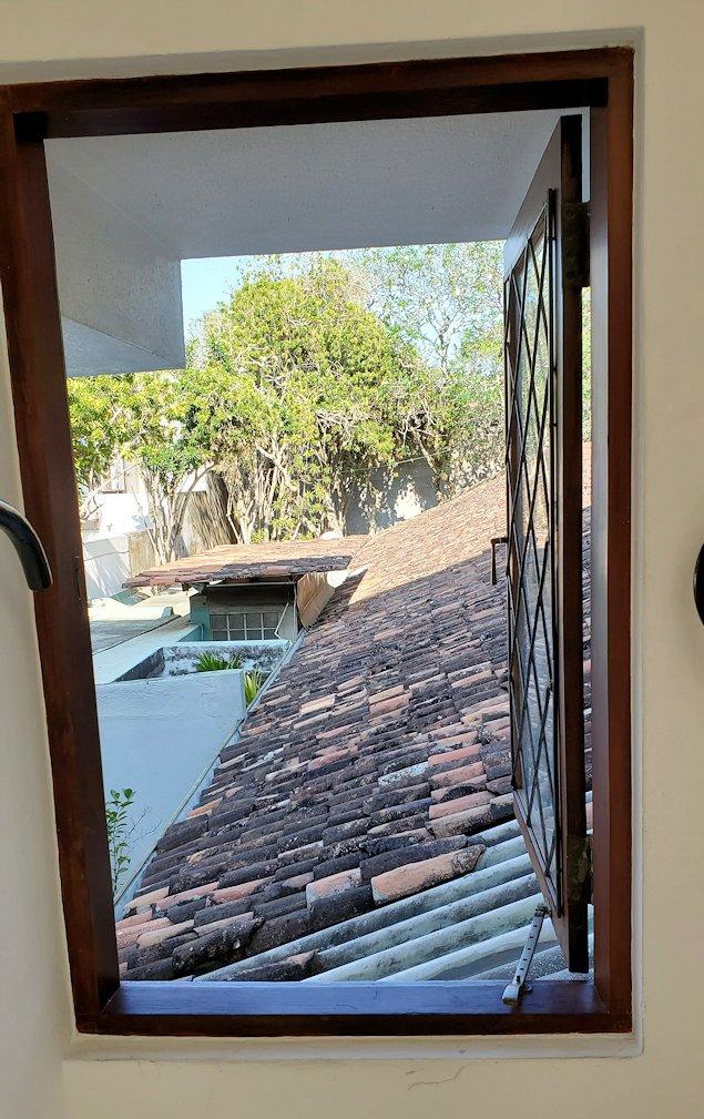 ジェフリー・バワの自宅跡のベランダ部分から階段を降りる途中に窓から外を眺める