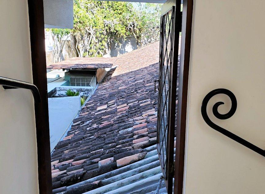 ジェフリー・バワの自宅跡のベランダ部分から階段を降りる途中に窓から外を眺める-2