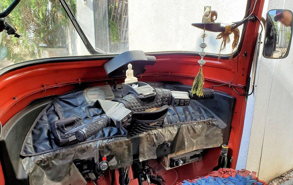 ジェフリー・バワの自宅跡周辺に停まっていたトゥクトゥクの車両内の景色