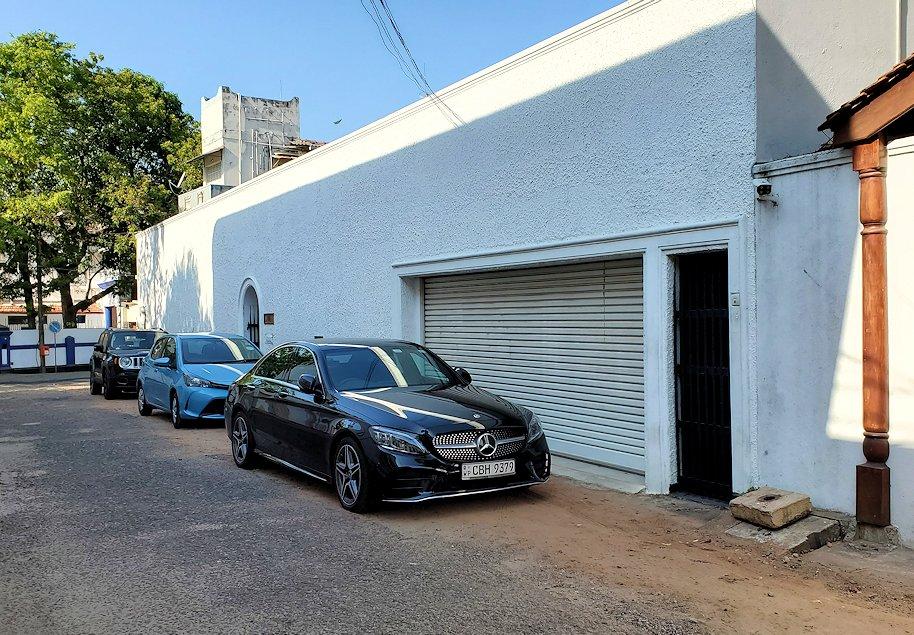 ジェフリー・バワの住んでいた高級住宅街にあった邸宅の前に駐車されている高級車