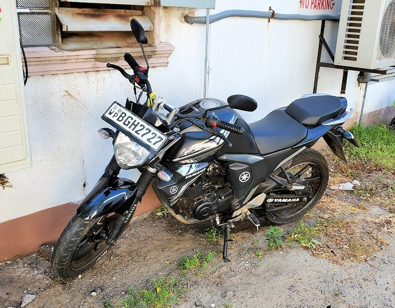 ジェフリー・バワの住んでいた高級住宅街にあった邸宅の前に駐車されているバイク