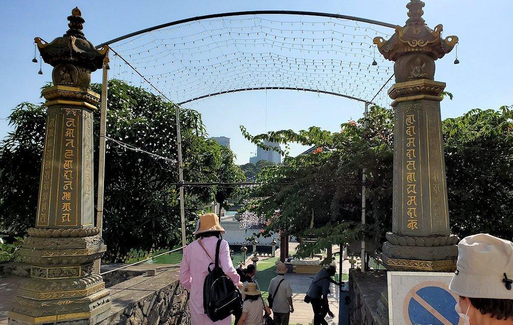 ジェフリー・バワが設計したコロンボ市内にあるシーマ・マラカヤ寺院の入口