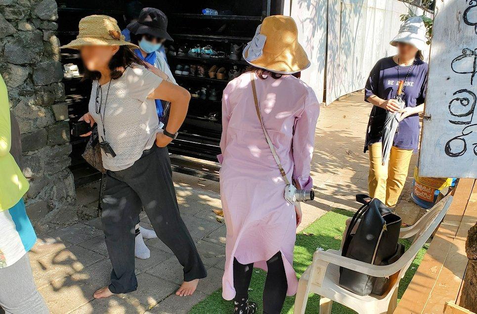 コロンボ市内にあるシーマ・マラカヤ寺院の靴置き場-2