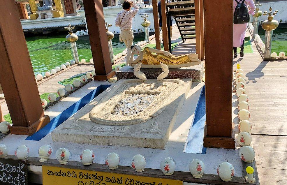 シーマ・マラカヤ寺院へと進む途中にあった、お釈迦様の足跡