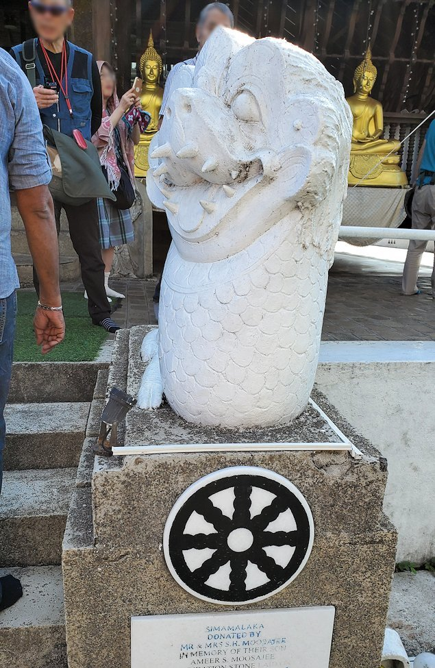 シーマ・マラカヤ寺院の本堂前にあった像