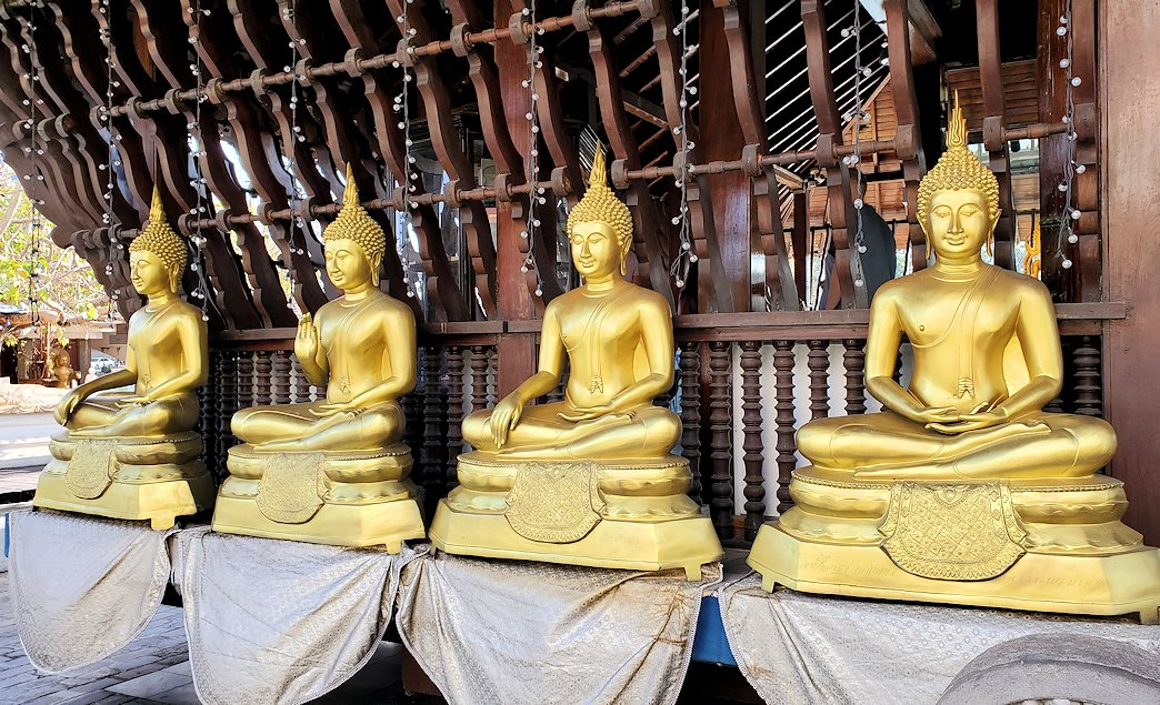 シーマ・マラカヤ寺院の本堂に並ぶ、黄金の仏像