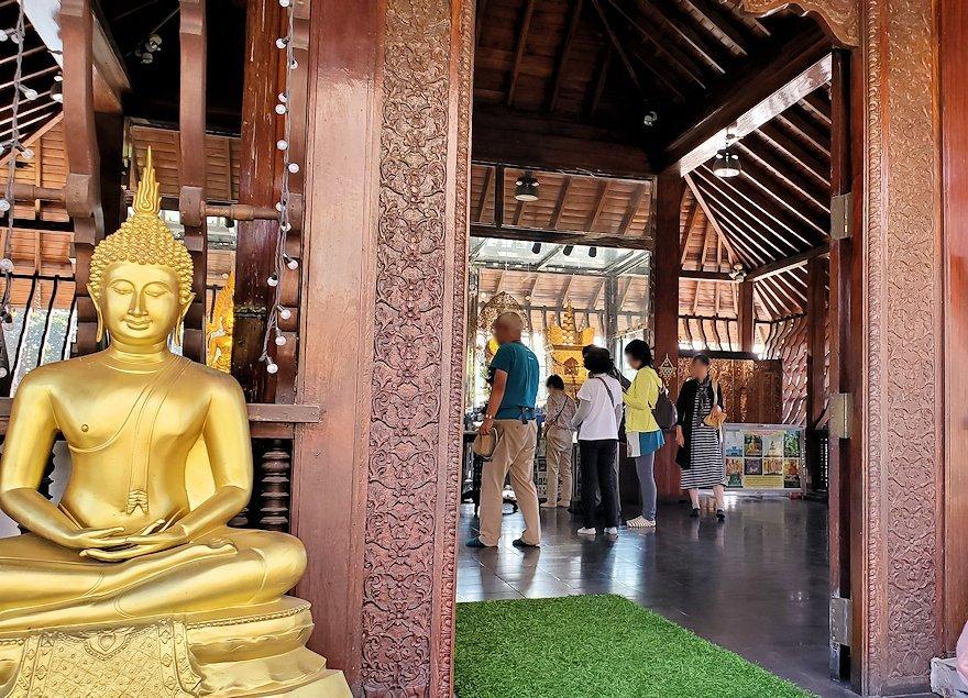 シーマ・マラカヤ寺院の本堂に入る