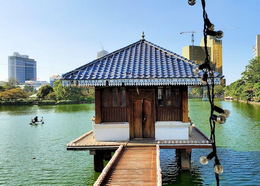 シーマ・マラカヤ寺院でベイラ湖に浮かぶ寺院