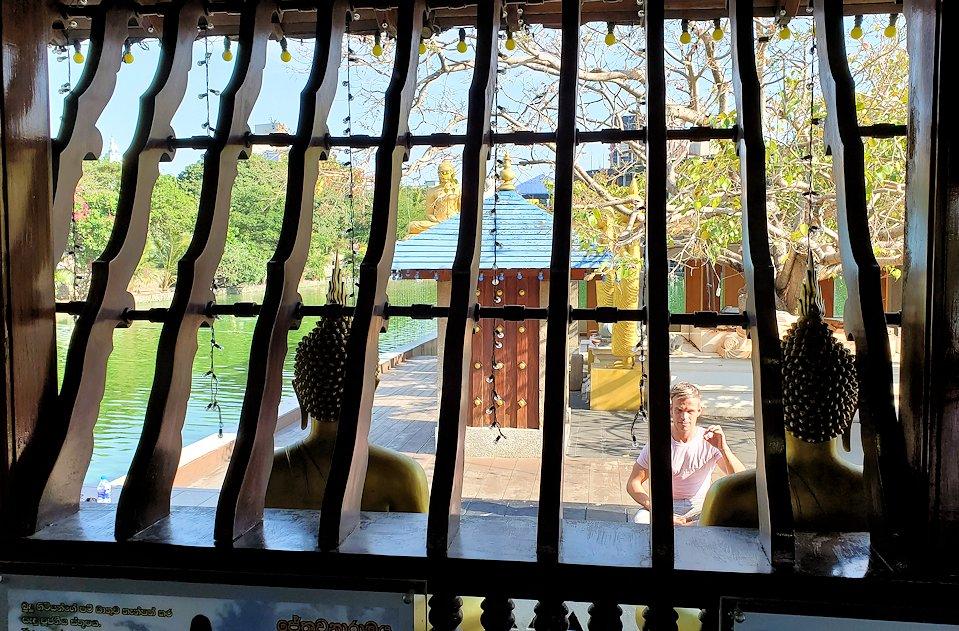 シーマ・マラカヤ寺院の本堂内からの景色