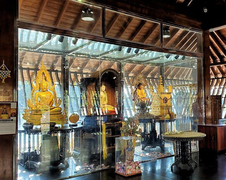 シーマ・マラカヤ寺院の本堂内に置かれた仏像