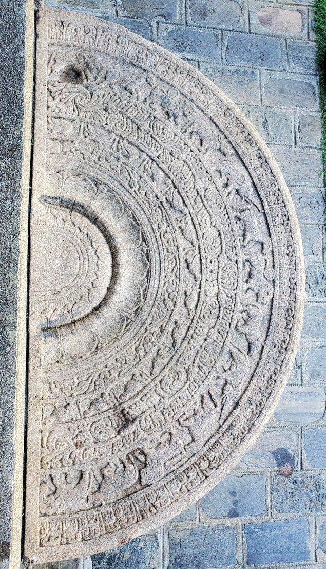 シーマ・マラカヤ寺院の本堂のムーンストーン