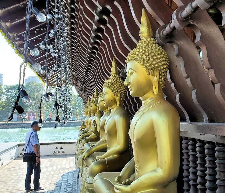シーマ・マラカヤ寺院の本堂の外に並ぶ仏像