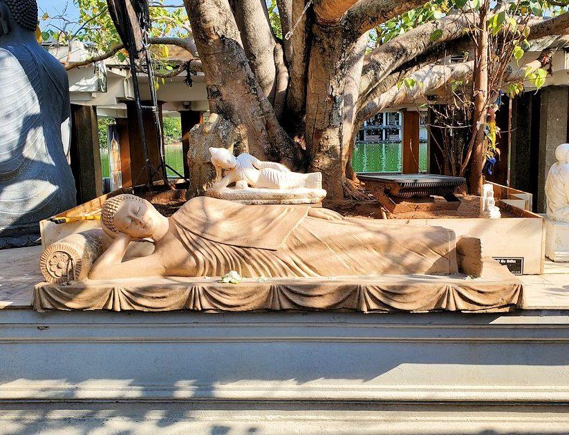 シーマ・マラカヤ寺院にある仏塔近くに置かれている涅槃像