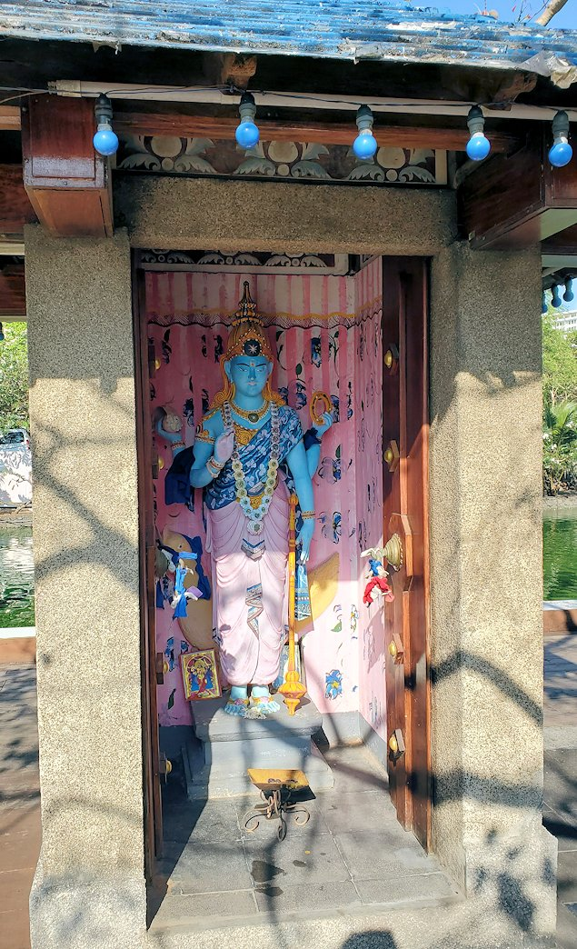 シーマ・マラカヤ寺院内に置かれていたヒンズー教の神である「ヴィシュヌ(Vishnu)」の像