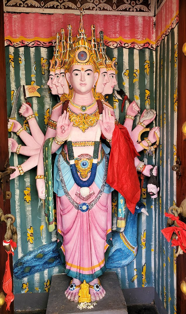 シーマ・マラカヤ寺院内に置かれていたヒンズー教の神である「スカンダ」の像