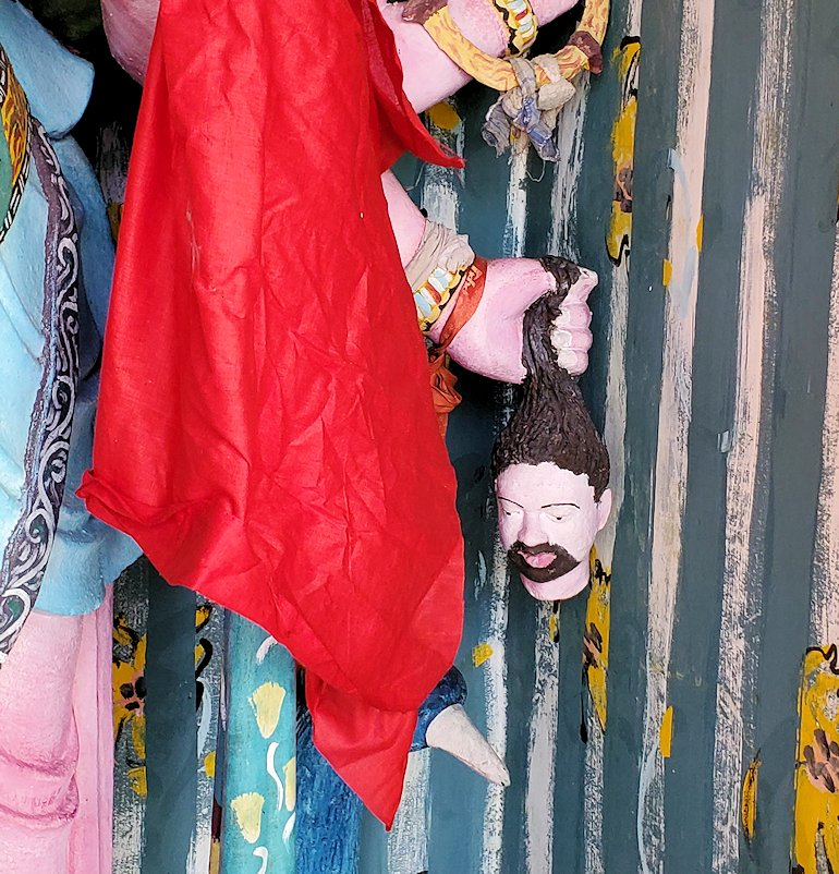 シーマ・マラカヤ寺院内に置かれていたヒンズー教の神である「スカンダ」の像が手に持つ首