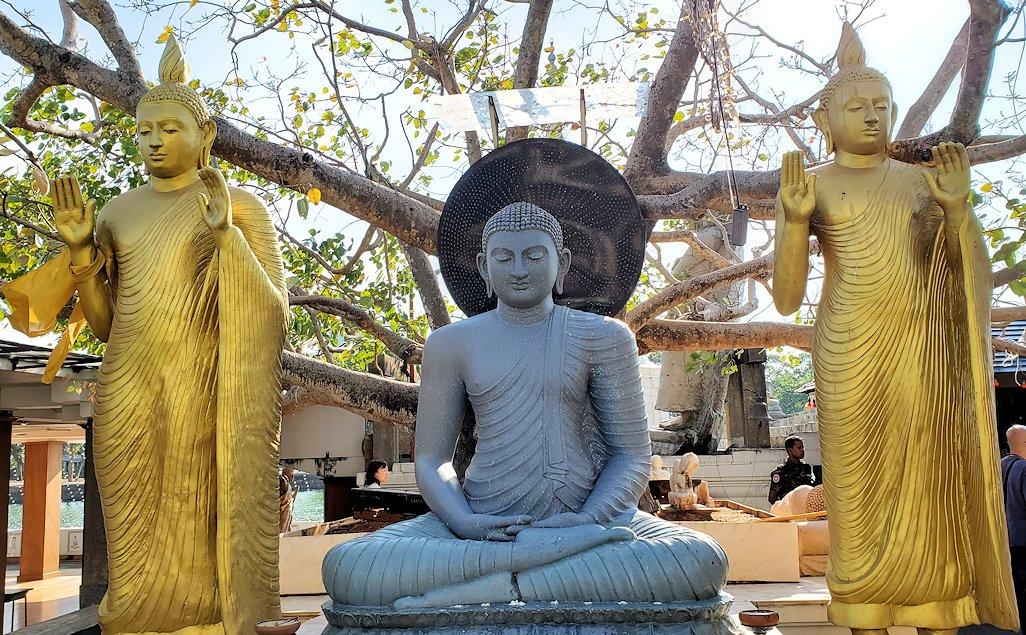 シーマ・マラカヤ寺院内に置かれていた仏像たち