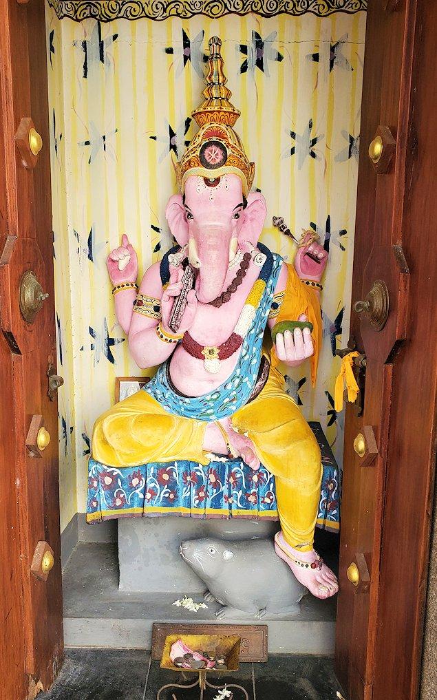 シーマ・マラカヤ寺院内に置かれていたヒンズー教の神である「ガネーシャ」の像
