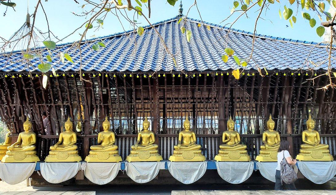 シーマ・マラカヤ寺院の本堂を眺める
