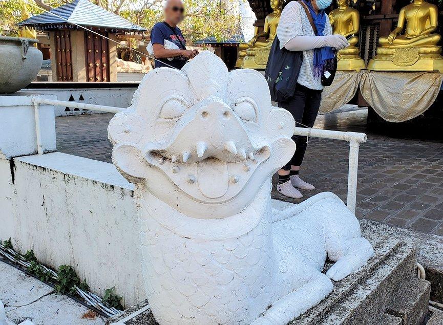 シーマ・マラカヤ寺院の本堂にあった、蛇のような像