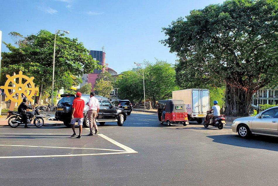 コロンボ(Colombo)市内にあるガンガラーマ寺院へ向かう