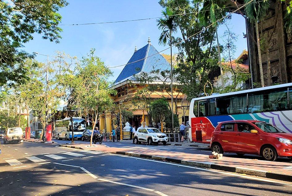コロンボ(Colombo)市内にあるガンガラーマ寺院へ向かう-2