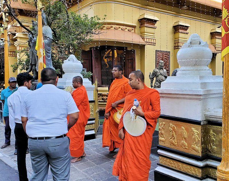 コロンボ(Colombo)市内にあるガンガラーマ寺院の入口にいたお坊さん