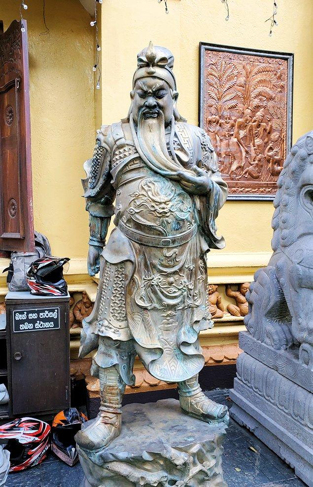 コロンボ市内にあるガンガラーマ寺院の入口に置かれていた像