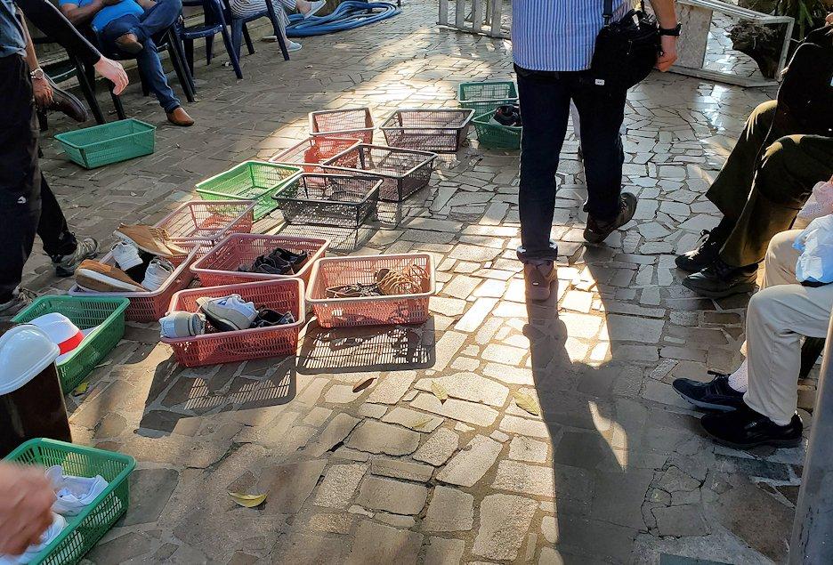 コロンボ市内にあるガンガラーマ寺院の入口で靴を預ける