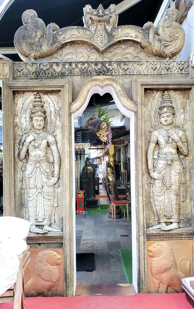 コロンボ市内にあるガンガラーマ寺院の入口にあるガードストーン