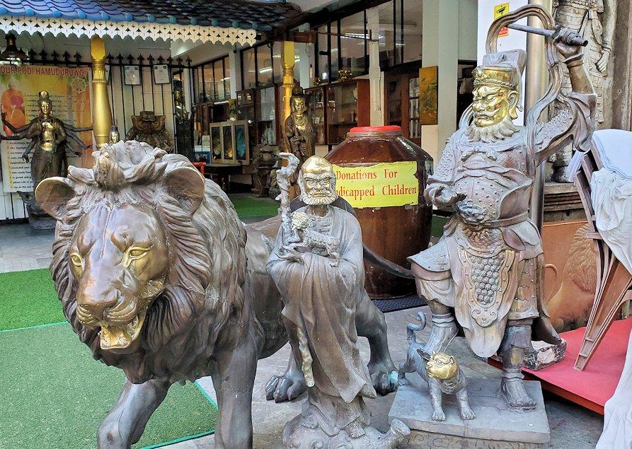コロンボ市内にあるガンガラーマ寺院の入口にある像
