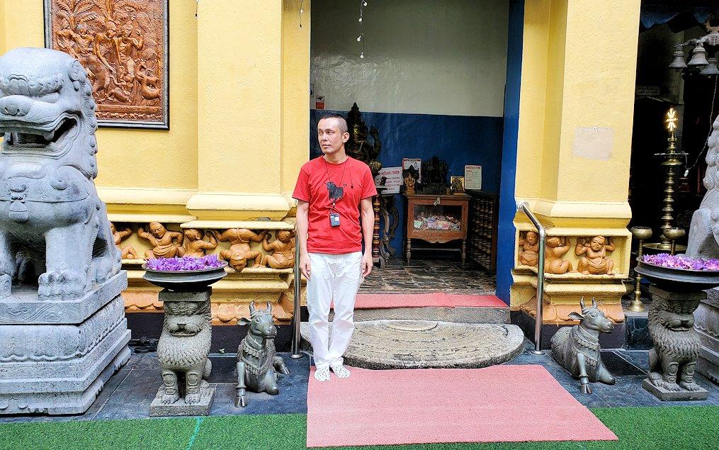 コロンボ市内のガンガラーマ寺院の建物入口で記念撮影