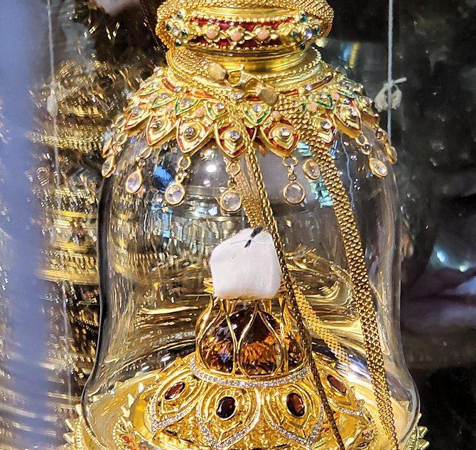 ガンガラーマ寺院敷地内にある博物館に安置されている仏舎利のアップ写真