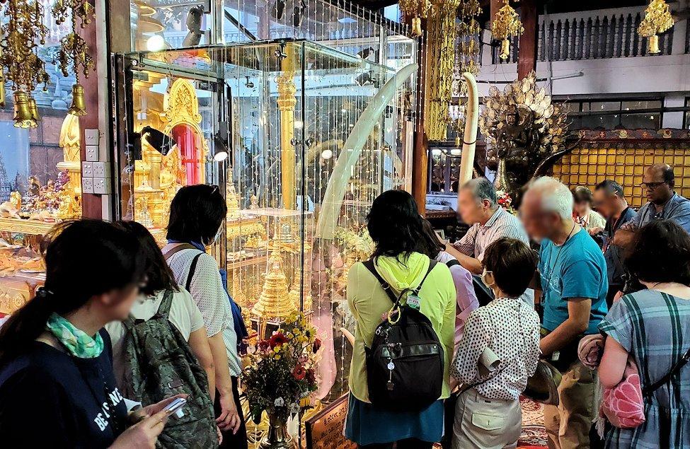 ガンガラーマ寺院敷地内にある博物館に安置されている仏舎利を見学する人達