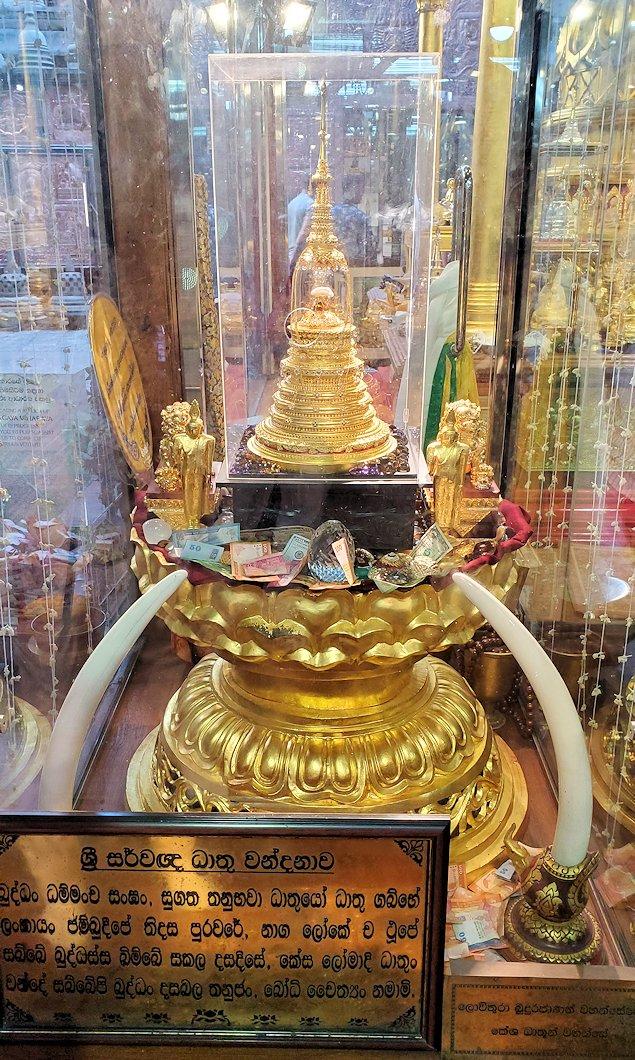 ガンガラーマ寺院敷地内にある博物館に安置されている仏舎利-2